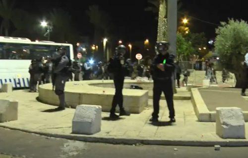 HAOS u Jerusalimu se nastavlja: Suzavac, kamenice i gumeni meci u sukobu policije i Palestinaca (VIDEO)