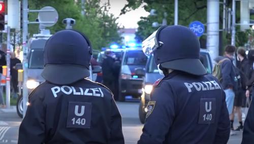 HAOS u Austriji! Ulice u Beču prekrivene suzavcima: ZARATILI levičari i desničari na protestima (VIDEO)