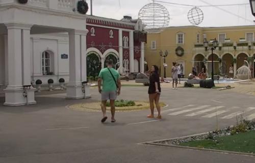 Opet BALONI nad Belom kućom: Svi pojurili da vide šta piše, a Đedović odmah POTKAČIO Ša (VIDEO)