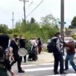Jeziv snimak iz Amerike: Naoružani demonstranti i prolaznici UPIRU ORUŽJE jedni na druge (VIDEO)
