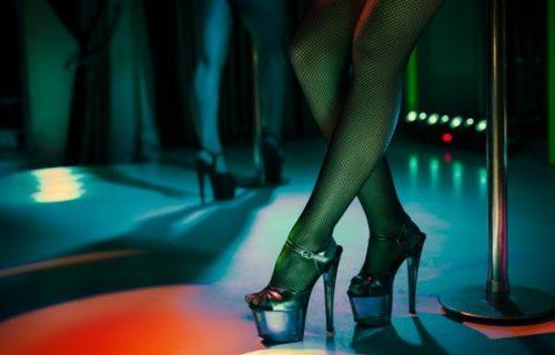 Pijani profesor odveo učenike u striptiz klub, a onda je prišao KOLEGINICI, skinuo se i uradio joj ovo