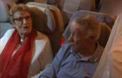Baka i deka posle godinu dana krenuli da posete unuku, ali su već u avionu doživeli iznenađenje (VIDEO)