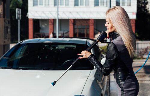 Prala automobile, a kada je tražila platu dobila je UŽASAN ODGOVOR, onda se desilo nešto još gore! (FOTO)