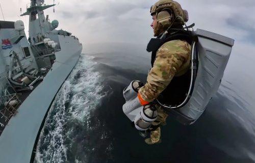 Pirati i krijumčari nemaju kud: Vojnik OSVAJA BROD iz vazduha i izvlači pištolj (VIDEO)