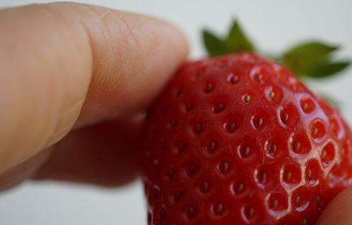 Stavljala IGLE u jagode, pa ih prodavala: Zbog OVE greške su uspeli da je uhvate (VIDEO)