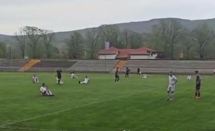 Novi skandal u srpskom fudbalu: Trener psovao sudiju, a igrači seli na teren usred meča! (VIDEO)