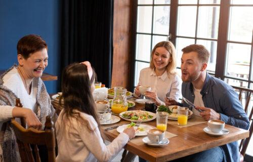 Greška koju roditelji ČESTO prave: Zašto nije dobro terati dete da POJEDE svu hranu iz tanjira?