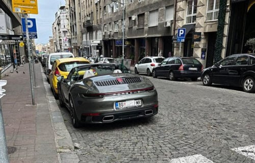 """Bahati vožač """"PORŠEA"""" od 250.000 evra se osramotio: Prolaznici ŠOKIRANI prizorom u centru Beograda (FOTO)"""