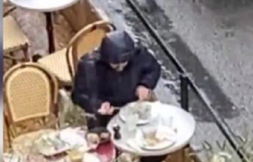 """Ni pljusak ga nije odvratio od najveće želje da na """"slobodi"""" posle epidemije ruča u restoranu (VIDEO)"""