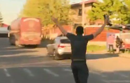 Pa, ovo je hit: Igrač poznatog kluba ostao zaboravljen na parkingu i morao da trči za autobusom! (VIDEO)