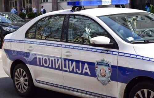 STRAŠAN udes kod Dobanovaca: Kola IZLETELA sa puta, udarila u drvo i prevrnula se na krov