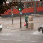 Košava PARALISALA Beograd: Jak vetar nosio sve pred sobom, lomio drveće, stradali automobili (FOTO)