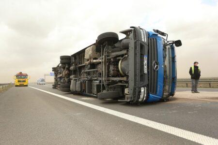 Drama kod Šimanovaca: Kamion se prevrnuo na auto-putu, saobraćaj potpuno OBUSTAVLJEN