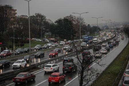 AMSS UPOZORAVA: Oprez u vožnji zbog mokrih kolovoza, pojačan saobraćaj u grad