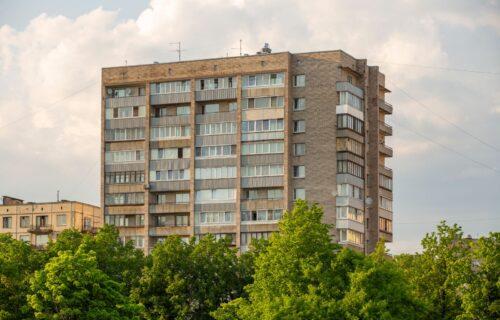 """Beograđane ŠOKIRALA poruka u ulazu zgrade: """"Biće vam zadnje, lišiću IDIOTA života!"""" (FOTO)"""