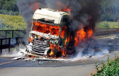 Vatrena stihija na mostu kod Smedereva: ZAPALIO se kamion, saobraćaj OBUSTAVLJEN