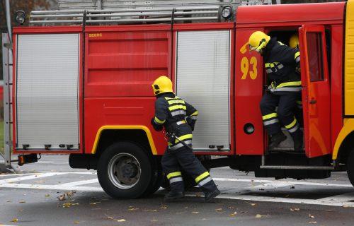GORI autobus u Beogradu: Požar izbio na liniji 106, HITNO stigli vatrogasci - gašenje u toku