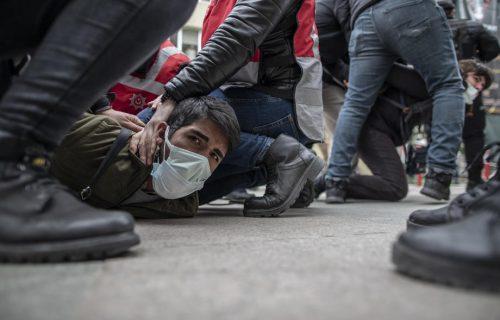 NEREDI u Istanbulu: Policija BRUTALNO baca ljude na zemlju, uhapšeno 212 ljudi (FOTO)