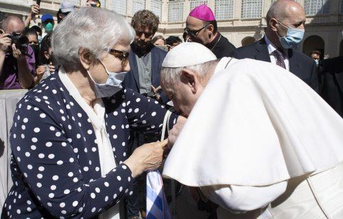 Papa Franja POLJUBIO TETOVAŽU Lidiji, ona ga zagrlila: Emotivan susret koji je oduševio svet (FOTO+VIDEO)