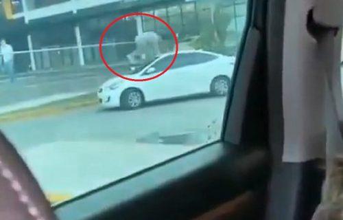 Drama ispred tržnog centra: Devojka SKAKALA po haubi dok je vozilo bilo u pokretu (VIDEO)
