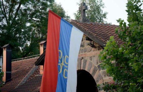 Udar na srpske svetinje na Kosmetu: POLOMILI ZASTAVU koja se vijorila pred portom manastira Gračanica