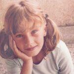 Ova devojčica je naša POZNATA pevačica: Ima 34 godine MLAĐU sestru, a o privatnosti retko priča (FOTO)