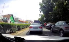 INCIDENT u Novom Sadu: Izleteo iz poršea pa krenuo da bije - nemilosrdno ŠUTIRAO starijeg čoveka (VIDEO)