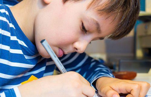 """Dečak (7) napisao pismo preminulom tati, sa adresom """"za raj"""": Dobio je odgovor koji će ZAUVEK PAMTITI"""