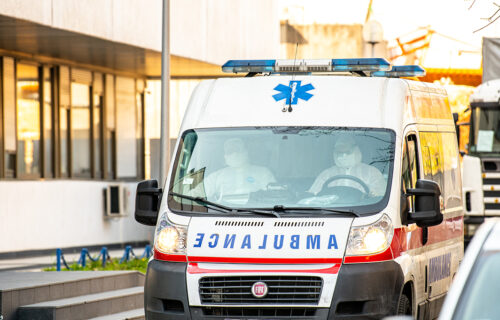 UŽAS u Subotici: Autom se zakucao u semafor, stub PAO na dete (13)
