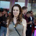 Katarina Radivojević ŠOKIRALA izgledom: Na svečanost došla u pamučnoj haljini, sa CEGEROM u ruci (FOTO)