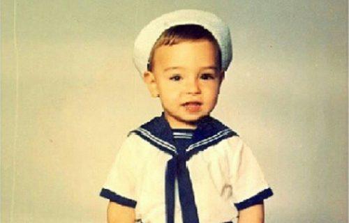 Ovaj dečak danas je naš POPULARNI pevač: Devojčice lude za njim, a dečaci su nosili FRIZURU kao on (FOTO)