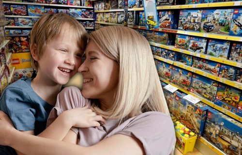 """""""Drugi put ćemo, mama"""": Dečak u prodavnici ZURIO u autiće, komšija sve snimio, pa sve RASPLAKAO potezom"""