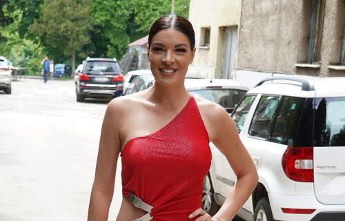 Da li joj je ovo NAJSMELIJE izdanje? Sanja Kužet došla u emisiju BEZ brusa, u haljini sa izrezima (FOTO)