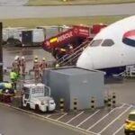 Drama na aerodromu u Londonu! Avion pao na NOS, Hitna pomoć doletela na lice mesta (VIDEO)