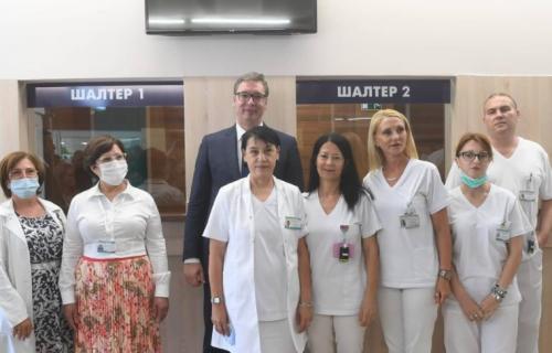 Vučić obišao rekonstruisani Dijagnostički centar u Kruševcu: Predsednik sa medicinskim radnicima (FOTO)