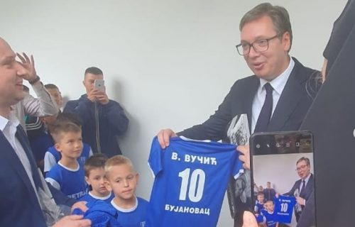 Predsednikov sin Vukan dobio na poklon dres bujanovačkog fudbalskog kluba (FOTO)