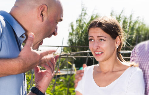 """""""Skoro ćeš 30, a nisi udata. A i ko bi te hteo takvu, realno?"""": Devojku napao KOMŠIJA i nastao je HAOS"""
