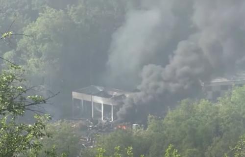 """Situacija nakon EKSPLOZIJE u Čačku: Ekipe pretražuju TEREN oko fabrike """"Sloboda"""" (VIDEO)"""