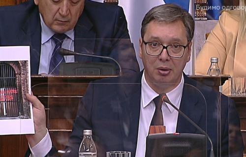 """Predsednik Vučić pokazao SRAMNI GRAFIT Kamberiju: """"Da sam video uživo - ne bih preživeo"""" (FOTO)"""