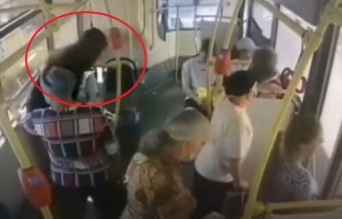 Devojka se onesvestila u autobusu: Potez mladića pored nje izazvao je gađenje i prezir (VIDEO)