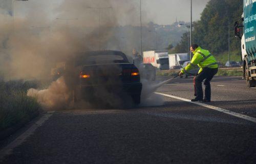 Kako UGASITI automobil u plamenu? Prvi savet je - ne paničite