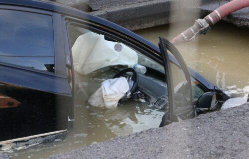 Zemlja progutala automobil! Jedan DETALJ čini ovaj snimak još jezivijim