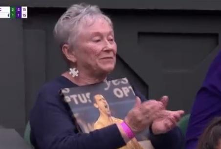 Ova baka je fanatik za Novaka Đokovića: Zbog onoga što je radila na Srbinovom meču postala je HIT (FOTO)