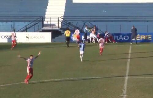 Šta se ovo dešava? I u Brazilu umalo tragedija - fudbaler se srušio i ostao da leži na travi! (VIDEO)