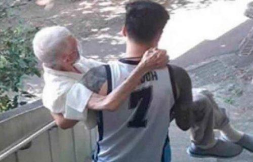 Snimljen kako nosi dedu na rukama: Iza njegovog gesta krije se nešto što je mnoge dirnulo u srce