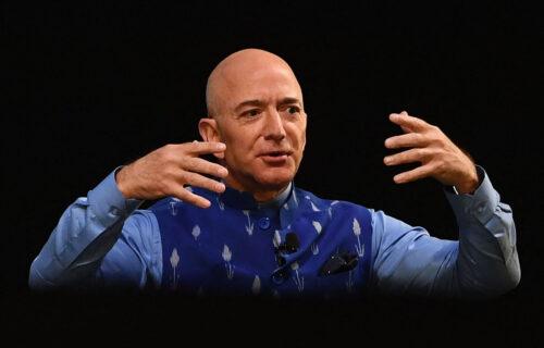Najbogatiji čovek leti u svemir: Džef Bezos POBEDIO Ilona Maska u najvažnijoj trci (VIDEO)