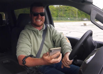 Uzmeš telefon, drmne te struja! Ovaj gedžet odučiće svakog vozača od opasne navike (VIDEO)