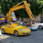 Bager UNIŠTIO luksuzne automobile vredne 1,1 milion dolara: Država poslala jasnu poruku (VIDEO)