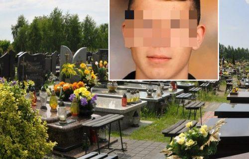 JECAJI neutešne majke prolamili su se grobljem: Sahranjen DEČAK koji je nastradao na bazenu u Košutnjaku