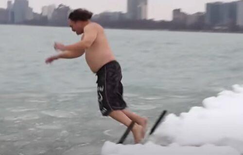 Pliva i po snegu: Godinu dana svako popodne skače u jezero, a iza svega se krije neobičan cilj (VIDEO)